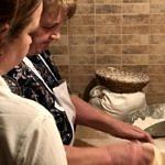 Kobiety wyrabiają ciasto chlebowe