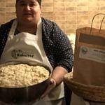 Kobieta z wielką miską ciasta chlebowego
