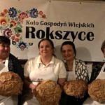 Członkinie KGW Rokszyce z chlebami