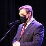 Roman Drozdek - wójt gminy Wola Krzysztoporska w maseczce przy mikrofonie