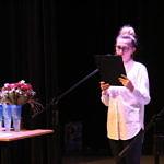 Joanna Filipek, kierownik gminnej biblioteki w białej koszuli przy mikrofonie