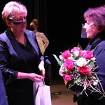 Danuta Stępień odbiera kwiaty z rąk przewodniczacej Rady Gminy Małgorzaty Gniewaszewskiej