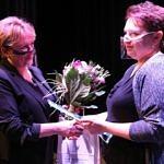 Joanna Sobutkowska odbiera kwiaty z rak przewodniczącej Rady Gminy Małgorzaty Gniewaszewskiej