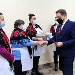 Wójt Roman Drozdek Gratuluje członkiniom KGW Rokszyce