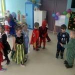 Grupa przedszkolaków w kolorowych przebraniach