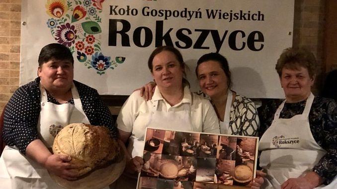Członkinie KGW Rokszyce z chlebem i prezentacją o wypieku