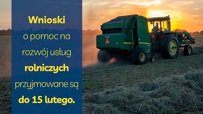 Plakat - ciągnik rolniczy na polu przy zachodzącym słońcu; napis - wnioski o pomoc na rozwój usług rolniczych przyjmowane sa do 15 lutego