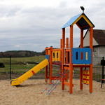Plac zabaw w Poraju - kolorowe urządzenia do zabawy i zjeżdżalnie