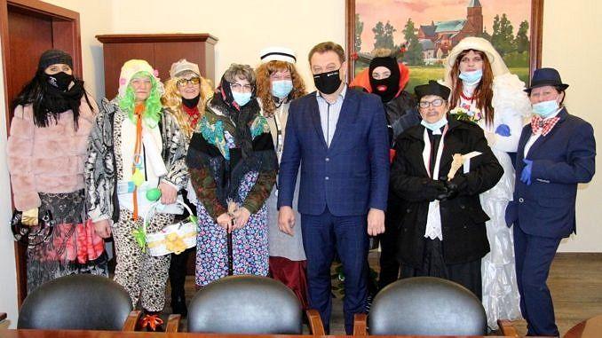 Grupa ostatkowych przebierańców z KGW Mąkolice