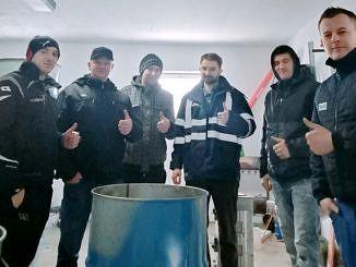 Grupa sołtysów zaangażowana w wykonanie pojemników do zbiórki nakrętek