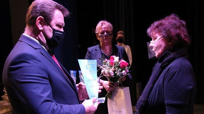Danuta Stępień odbiera statuetkę z rąk wójta Romana Drozdka
