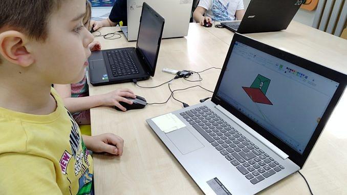 Dzieci przy komputerach
