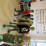 grupa dzieci w dinozaurowych przebraniach