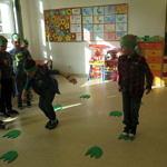 Dzieci skaczą po śladach dinozaurów