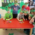 Dzieci pdczas zabaw przy stole