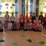 Grupa przedszkolna w dinozaurowych maskach