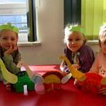 Dzieci z wykonanymi własnoręcznie dinozaurami