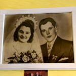 Portret ślubny państwa Cieślików - uśmiechnieta Zofia w welonie i z bukietem, obok dzisław w garniturze