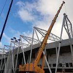 Stadion ŁKS Łódź - dzwigi montują elementy konstrukcji z Cermontu