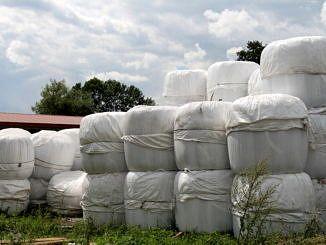 Baloty ze słomą opakowane folią rolniczą