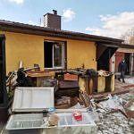 Wystawione przed dom pogorzelca sprzety, meble