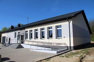 Dom Ludowy w Mąkolicach ; duży budynek, rząd okien, przed wejściem podjazd dla niepełnosprawnych