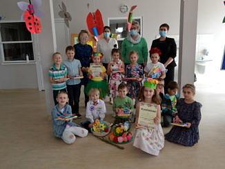 Grupa dzieci biorąca udział w konkursie z opiekunami i dyrekcją szkoły