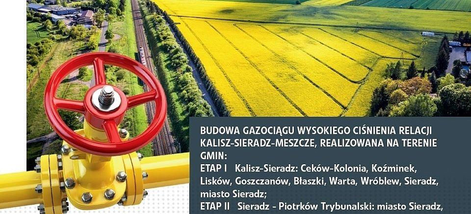 Żółte pola z kwitnącym rzepakie. w tle, a z przodu żółta rura gazosiągu z czerwonym, okrągłym pokrętłem; na szarym prostokącie opis przebiegu trasy gazociągu (jak w informacji)