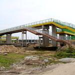 Stara i nowa kładka nad autostradą - nowa żółto-zielona