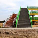 Stara i nowa kładka nad autostradą - nowa żółto-zielona z podjazdem dla niepełnosprawnych