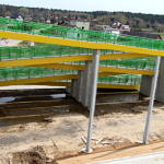 Nowa kładka nad autostradą z robudowanym podkazdem dla niepełnosprawnych w kolorach żółtym i zielonym