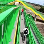 dwoje rowerzystów na nowym podjeździe dla niepełnosprawnych przy kładce