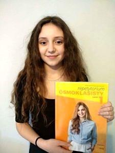 Nicole - długowłosa dziewczynka z żółta książką od angielskiego