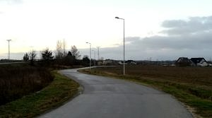 Kręta, asfaltowa droga, a przy niej nowe latarnie