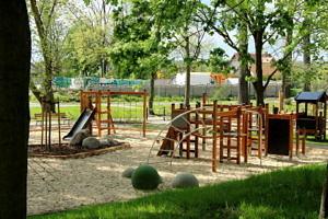 Park w Woli rzysztoporskiej z placem zabaw