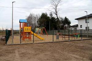 Plac zabaw i siłownia w Piekarach - kolorowa zjeżdżalnia