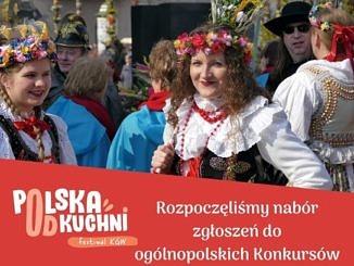 Plakat - na górze kobiety w barwnych strojach ludowych z wiankami na głowie; n dole na czerwonym tle napis Polska od kuchni; Rozpoczeliśmy nabór zgłoszeń do ogolnopolskich konkursów dla Kół Gospodyń Wiejskich