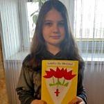 Dziewczynka trzymająca laurkę dla medyka