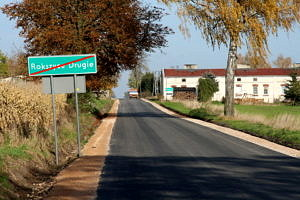 asfaltowa droga, zielony przekreślony znak z napisem Rokszyce Drugie