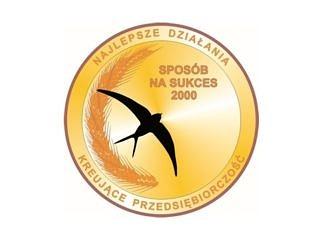 Logo konkursu - w okręgu na żółtym tle czarna jaskólka i napis Sposób na suces; po okręgu wpisane : najlepsze działania kreujące przedsiębiorczośćć