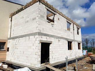 Dobudowana część budynu z białych bloków (pustaków)