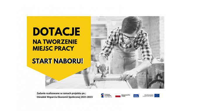 Czarno-białe zdjęcie: Mężczyzna w okulaarach i kraciastej koszuli przy szlifierce; obok na żółtym tle napis: dotacje na tworzenie miejsc pracy start naboru!