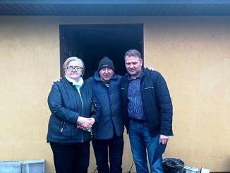 Na zdjęciu stoją: sołtys Woźniki Jadwiga Kauc, poszkodowany pan Marian i sołtys Stradzewa Krzysztof Kaczmarek