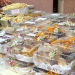 Ciasta zapakowane w plastikowe pojemniki i pięknie ozdobone gałzkami i wstążeczkami