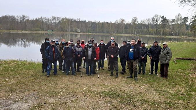 Zdjęcie zbiorowe grupy wędkarzy na tle zbiornika w Wygodzie