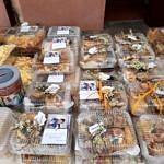 Ciasta zapakowane w plastikowe pojemniki i ozdobione gałązkami