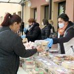Ludzie kupujący produkty podczas kiermaszu