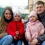 Kucają - maa Gabrysia, Gabryś, jego młodsza siostrzyczka i tata