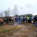 Grupa ludzi przy ognisku