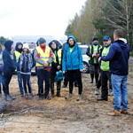 Grupa ludzi rozmawia - przygotowania do wyjścia do lasu